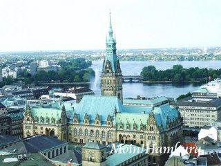 ハンブルクの市庁舎とアルスター湖
